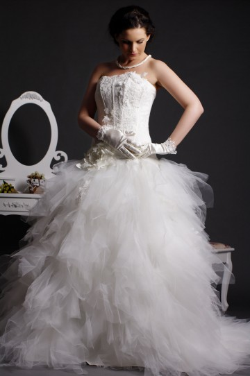 Modern Ball Gown Strapless Lace Appliqued Drop Waist Feathered Tiers Court Tulle Bridal Dress